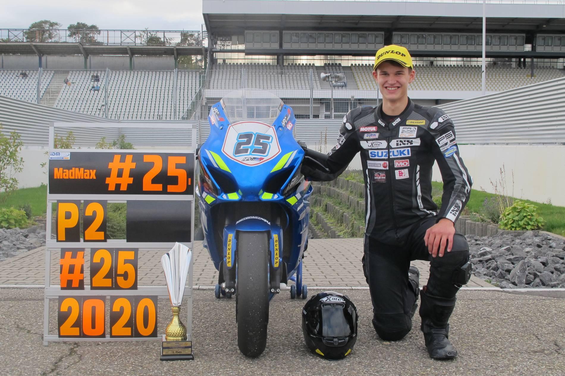 Max Schmidt stolz mit seiner Rennmaschine
